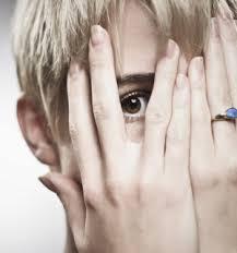 Cachée derriere ses doigts